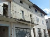 Edificio residenziale/commerciale in precario stato di manutenzione.