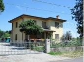 Immagine di Fabbricato ad uso residenziale con accessori e terreno.