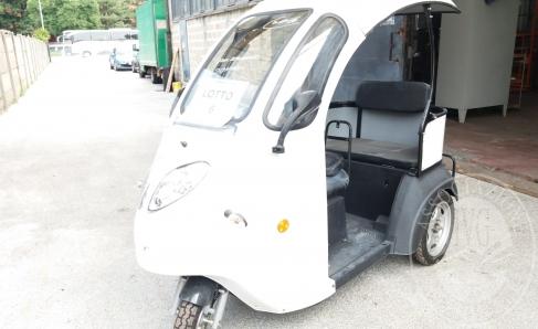 Immagine di Triciclo elettrico con cabina aperta, colore bianco