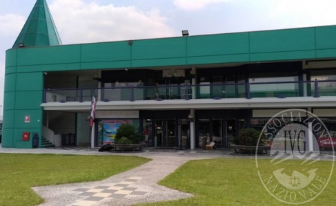 Due Locali commerciali collegati tra loro e due posti auto coperti - con oneri - locati a terzi.