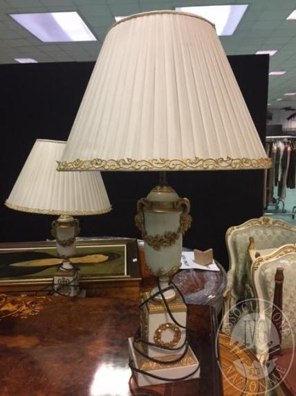 Lotto 7: due lampade da appoggio in legno con fregi dorati e paralume
